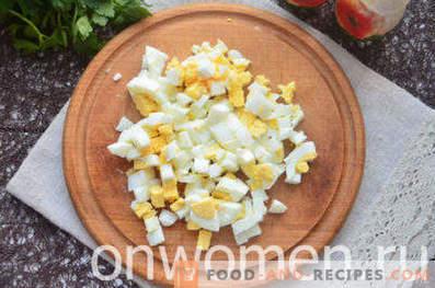 Салата со пушено пилешко, ананас, сирење, јајца
